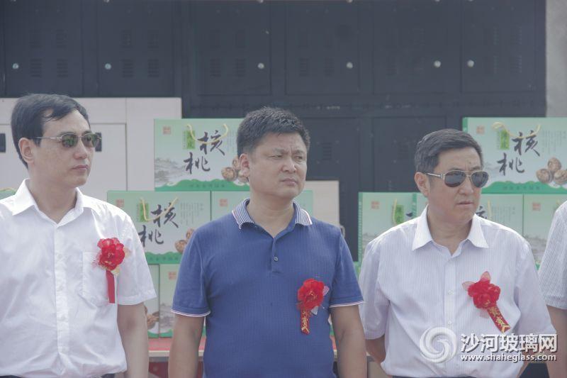 王建江副市长(中)魏振华董事长(左)